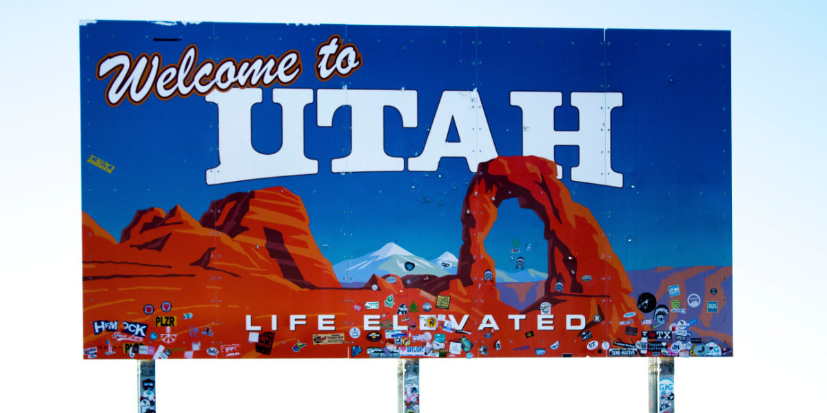 A highway sign welcoming visitors to Utah