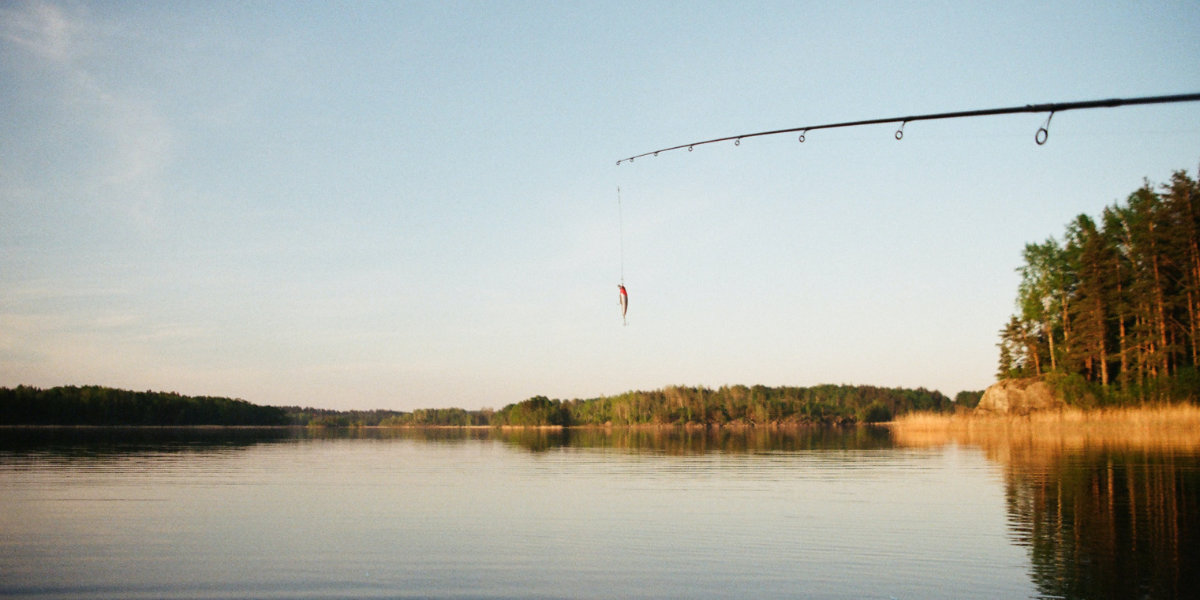 A fishing line in front of a lake